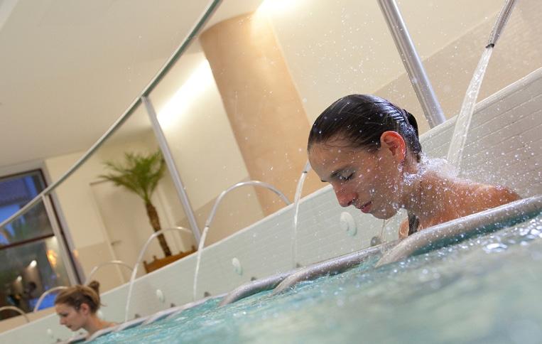 Hydromassage en piscine - Thermes Amélie les Bains